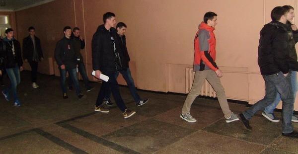 Учні спішать вийти на вулицю