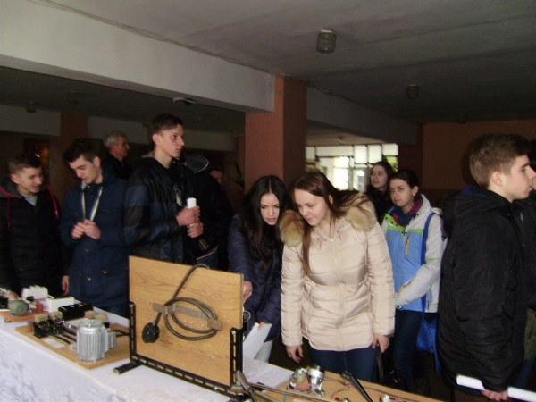 Гості ознайомлюються з виставкою технічної творчостію