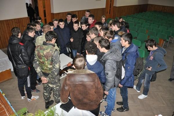 Учні слухають розповідь про користування зброєю