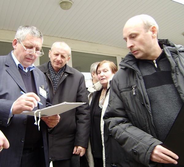 Директор перевіряє разом з майстрами і викладачи наявність учнів