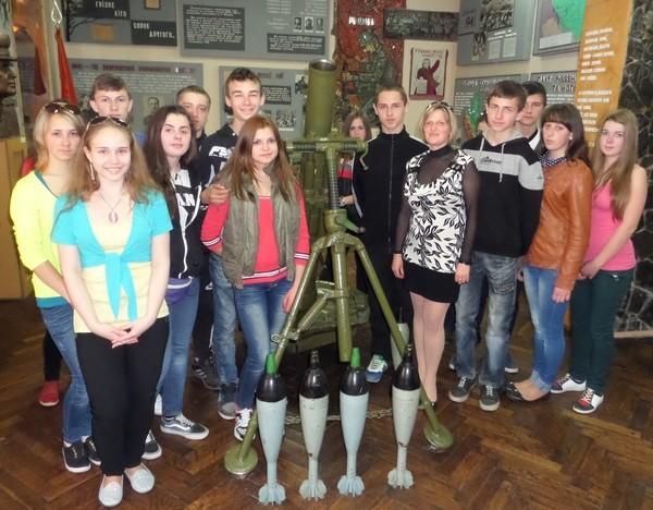 "Група ОКН-11 в музеї ""Герої Дніпра"" під керівництвом майстра в/н  Магус Г.В."