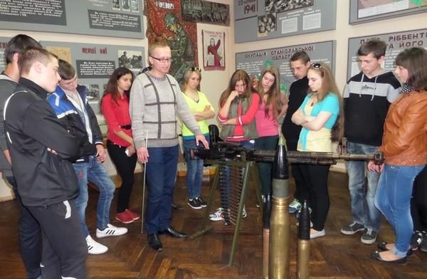 Учні групи ОКН -11 уважно слухають розповідь про зброю Другої світової війни