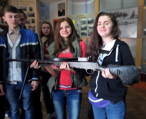 Дівчата теж не відстають від хлопців у цікавості до зброї