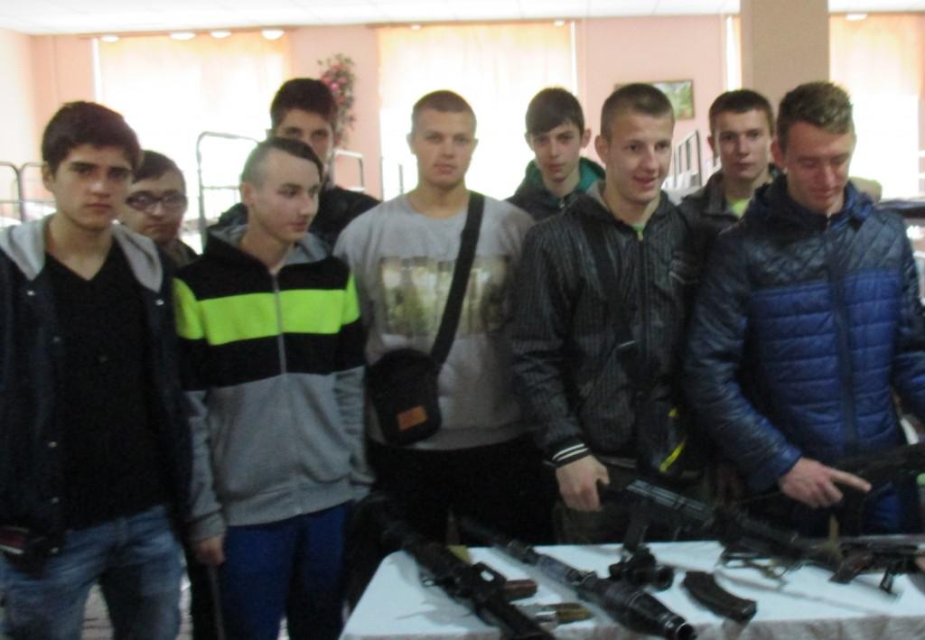 Учням цікава стрілецька зброя, яка побувала в зоні АТО