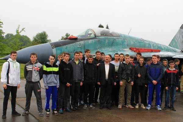Учні групи МВТ-21 біля бойового літака.