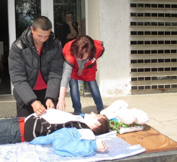 Практичні заняття з надання першої допомоги потерпілим під керівництвом представників Товариства Червоного Хреста