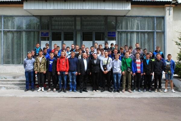 Колективне фото групи МВТ-21 перед важливою будівлею військової частини - їдальнею!