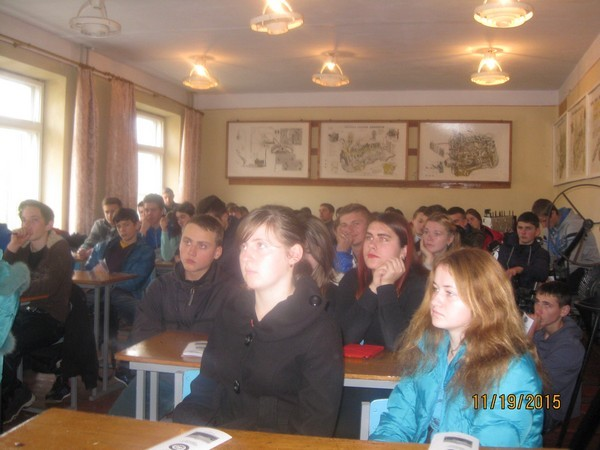 Учні уважно слухають розповідь викладачів
