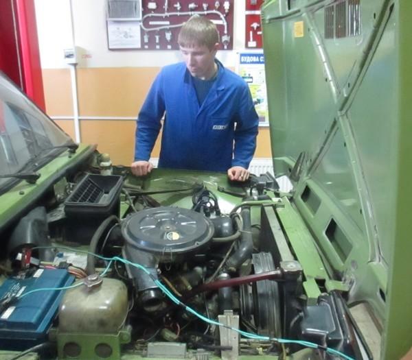 Учні групи МДА -1 ремонтують електричне обладнання автомобіля