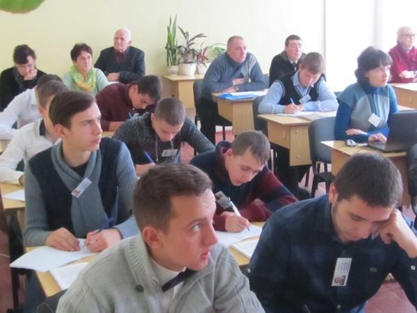 Учні групи КВП - 21 уважно слухають викладача
