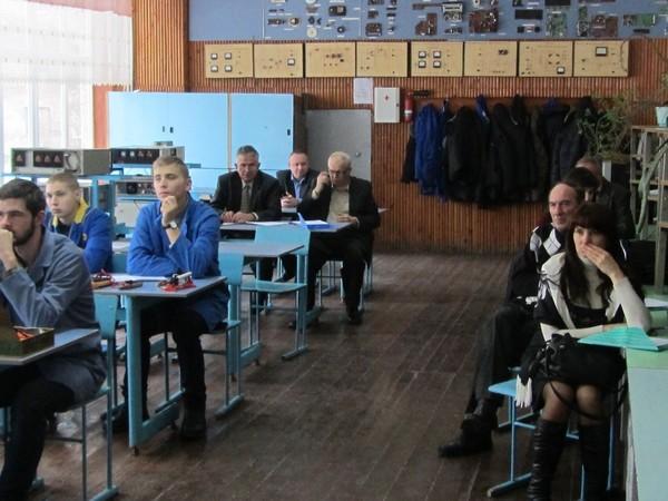 Учні групи РТМ - 31 та члени комісії уважно слухають нову тему