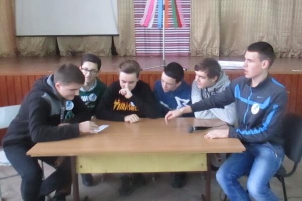 Команда групи МВТ - 11 обговорюють завдання